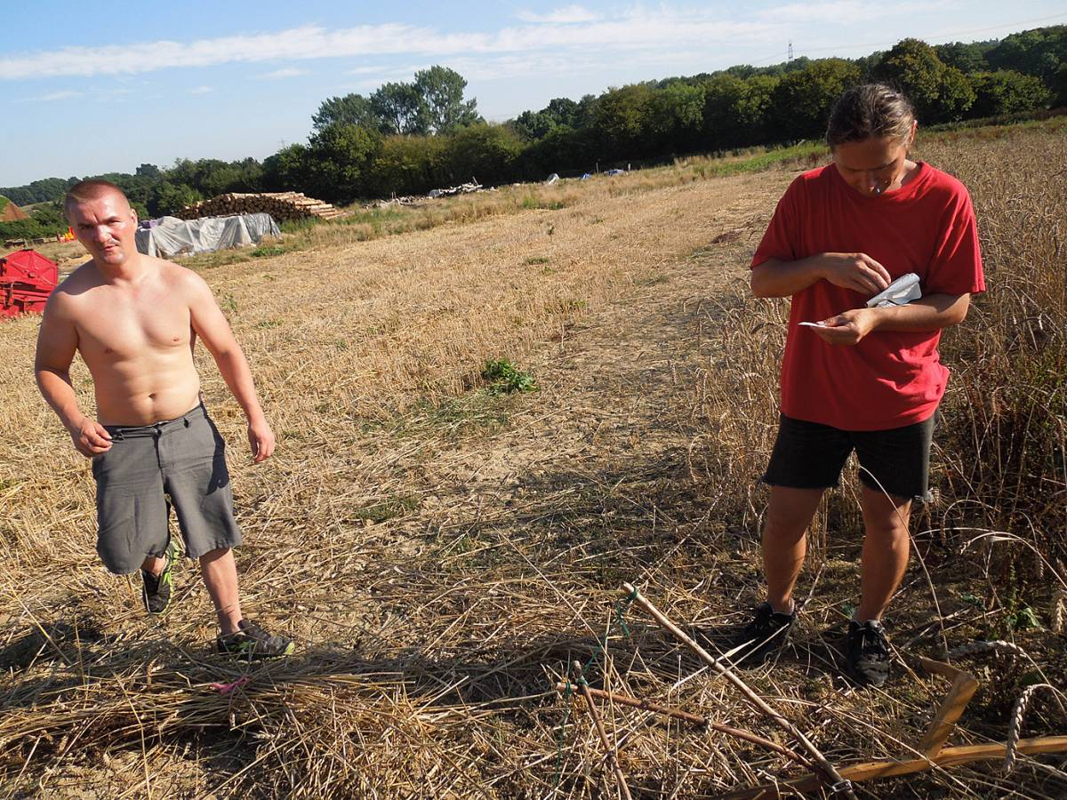 Dmitri and colleague from WoWo helping tie sheaves, WoWo final harvest 2013 - 3:45pm&nbsp;4<sup>th</sup>&nbsp;Sep.&nbsp;'13