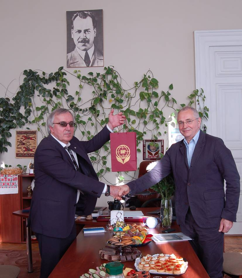 Andrew Whitley receiving Hen Gymro and other accessions for BBA and Scotland the Bread at the Vavilov Insitute - 11:58am&nbsp;7<sup>th</sup>&nbsp;Oct.&nbsp;'14