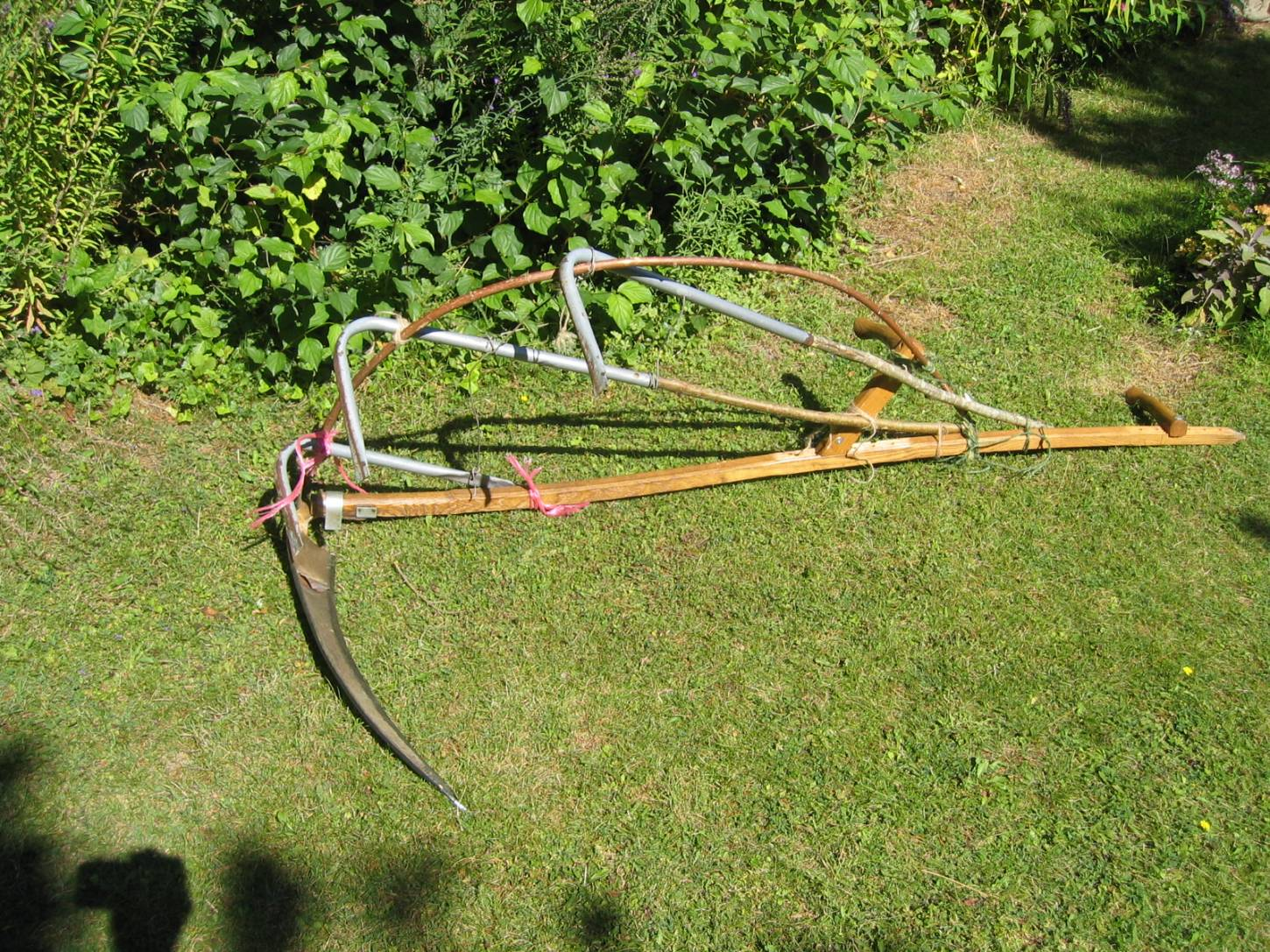 WoWo manual harvest - Stephen and Petra's improvised scythe wheat cradle, it worked - 12:38pm&nbsp;9<sup>th</sup>&nbsp;Aug.&nbsp;'15