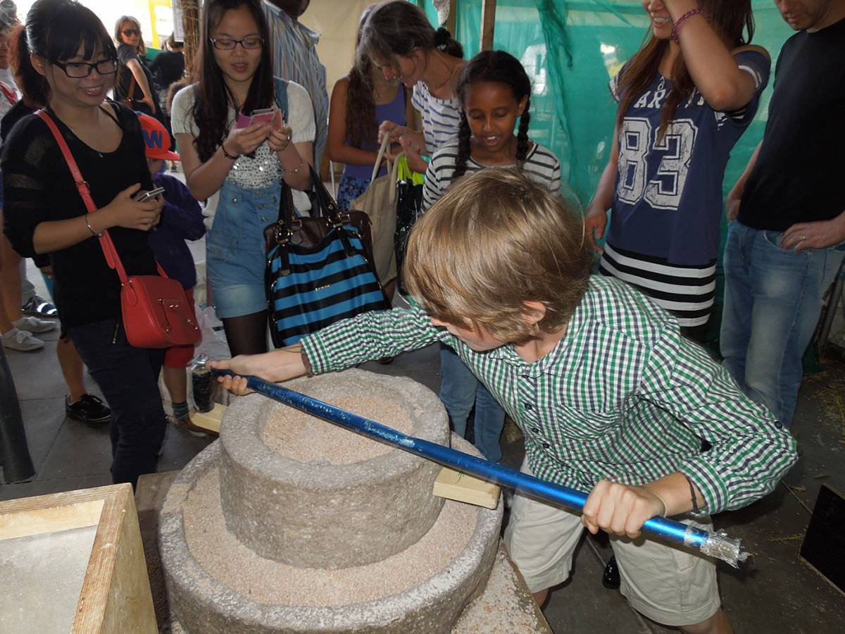 Brockwell Bake at SouthBanquet 13 - day 1 - our Chinese quern in action - 5:45pm&nbsp;30<sup>th</sup>&nbsp;Aug.&nbsp;'13