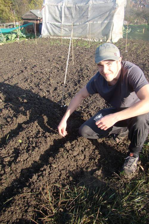 Vicent comes to help with sowing - 16/11/10